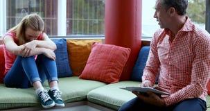 Leraars berispende student in bibliotheek stock videobeelden