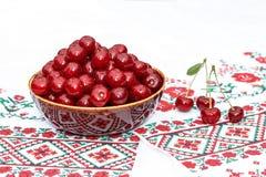 Lerabunke med körsbäret Royaltyfria Bilder