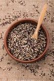 Lerabunke med svart och röd quinoaen den vit, arkivfoton