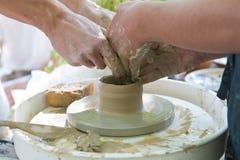 Lerabunken som gör kurs-, lärarens och studentens händer, gör en lerabunke royaltyfria bilder