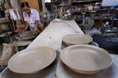 Lerakeramiker som tillverkar keramisk krukmakeri Royaltyfri Foto