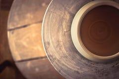 Lerakruka överst av ett hjul för keramiker` s Fotografering för Bildbyråer