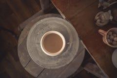 Lerakruka på ett hjul för keramiker` s Arkivbild