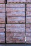 Lerategelstens palett på lagringsgården paletter med tegelstenar i byggnadslagret Kuggar med tegelsten Murverk stenhuggeriarbete Royaltyfria Bilder