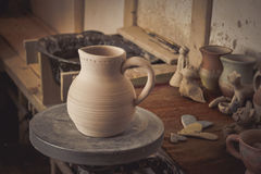 Leratillbringare på ett hjul för keramiker` s Arkivfoto
