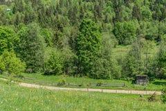 Leraväg och ladugård i landskapet arkivbild