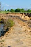 Leraväg på överkanten av vattenbarriären Arkivbild