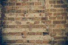Lerciume e vecchia parete della costruzione con cemento ed il mattone immagini stock