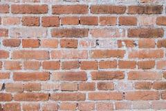 Lerciume e vecchia parete della costruzione con cemento ed il mattone immagini stock libere da diritti