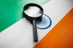 Lerend Indisch taalconcept Jonge vrouw die zich met de vlag van India op de achtergrond bevinden De boeken van de leraarsholding, stock afbeeldingen