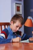Lerende jongen Stock Foto