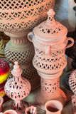 Lergods i marknaden, Djerba, Tunisien royaltyfri fotografi