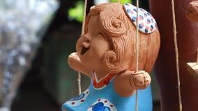 lergodsbarnleende Thailändsk hantverkare lager videofilmer