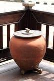 Lergodskrus som lokaliseras på hörnet av terrassen av huset Royaltyfri Bild