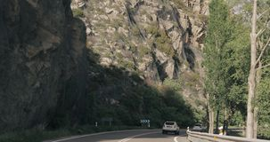 Lerida, España Conducción de automóviles en Asphalt Freeway hermoso, autopista, carretera N-260 contra el fondo del español almacen de video