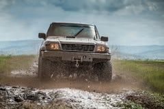 Lerig jeep fotografering för bildbyråer