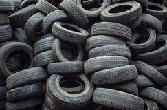 Leriga, smutsiga slitna bilgummihjul traver Fotografering för Bildbyråer