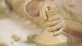 Lerkärlskapelseprocess i krukmakeri på keramikers hjul Lerkärlskapelseprocess i krukmakeri på keramikerhjulet stock video