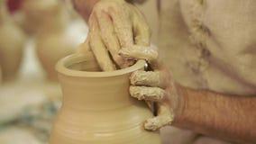Lerkärlskapelseprocess i krukmakeri på keramikers hjul Lerkärlskapelseprocess i krukmakeri på keramikerhjulet arkivfilmer