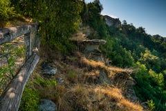 Lerma, Piedmont, Itália - o trajeto marcado do Ricetto imagens de stock royalty free