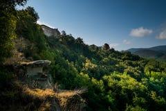 Lerma, Piedmont, Itália - o trajeto marcado do Ricetto imagem de stock royalty free
