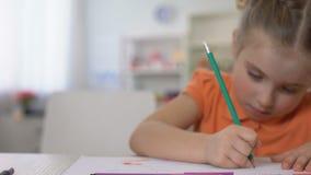 Lernbegieriges kleines Mädchen, das zu Hause mit Tabelle des Bleistifts, Kindheitsausbildung schreibt stock video footage