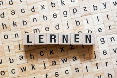 Lernen -学会在德语,词概念的词 库存照片