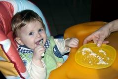 Lernen, alleine zu essen Stockfotografie