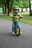 Lernen, auf ein erstes Fahrrad zu fahren Lizenzfreies Stockbild