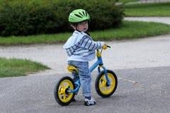 Lernen, auf ein erstes Fahrrad zu fahren Stockbilder