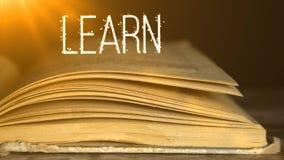 Lernen der Bücher Wir müssen immer studieren Klugheit in den Büchern 4 stock footage