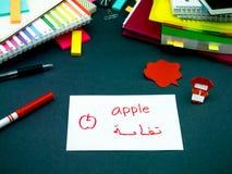 Lernen der neuen Sprache, die ursprüngliche Flash-Karten macht; Arabisch stockfotografie