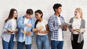 Lernen des Konzeptes Jugendliche mit den Büchern, die nahe heller Wand stehen lizenzfreies stockfoto