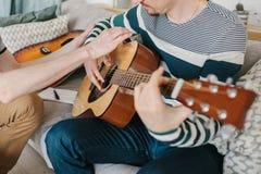 Lernen, die Gitarre zu spielen Musikpädagogik lizenzfreies stockbild