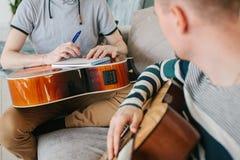 Lernen, die Gitarre zu spielen Musikpädagogik lizenzfreie stockfotos