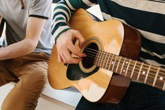 Lernen, die Gitarre zu spielen Musikpädagogik und extrakurrikulare Lektionen Hobbys und Begeisterung für das Spielen der Gitarre  stockfoto