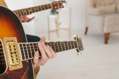 Lernen, die Gitarre zu spielen Musikpädagogik und extrakurrikulare Lektionen Hobbys und Begeisterung für das Spielen der Gitarre  stockbilder