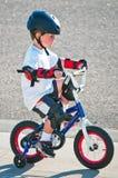 Lernen, ein Fahrrad zu reiten Stockbild