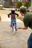 Lernen, ein Fahrrad zu reiten lizenzfreies stockfoto