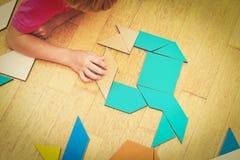 Lernen Mathe - kleinen Jungen, der mit Puzzlespiel spielt Lizenzfreie Stockfotografie