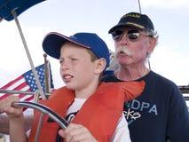 Lernen, mit Großvater zu segeln lizenzfreie stockbilder