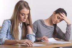 Lernen mit zwei Kursteilnehmern stockfoto