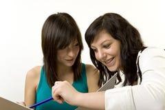 Lernen mit zwei Mädchen Lizenzfreie Stockfotografie