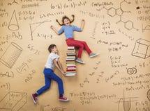 Lernen mit zwei Schulkindern Stockbilder