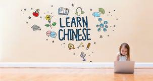 Lernen Sie chinesischen Text mit dem kleinen Mädchen, das eine Laptop-Computer verwendet Stockfotos