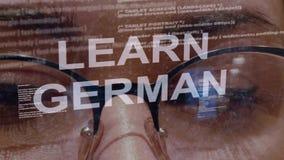 Lernen Sie deutschen Text auf Hintergrund des weiblichen Entwicklers stock video