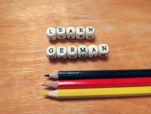 Lernen Sie die deutschen und farbigen Bleistifte Stockbilder