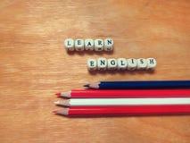 Lernen Sie die englischen und farbigen Bleistifte Lizenzfreies Stockbild