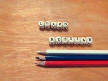 Lernen Sie die russischen und farbigen Bleistifte Stockfotografie