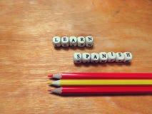 Lernen Sie die spanischen und farbigen Bleistifte Lizenzfreie Stockbilder